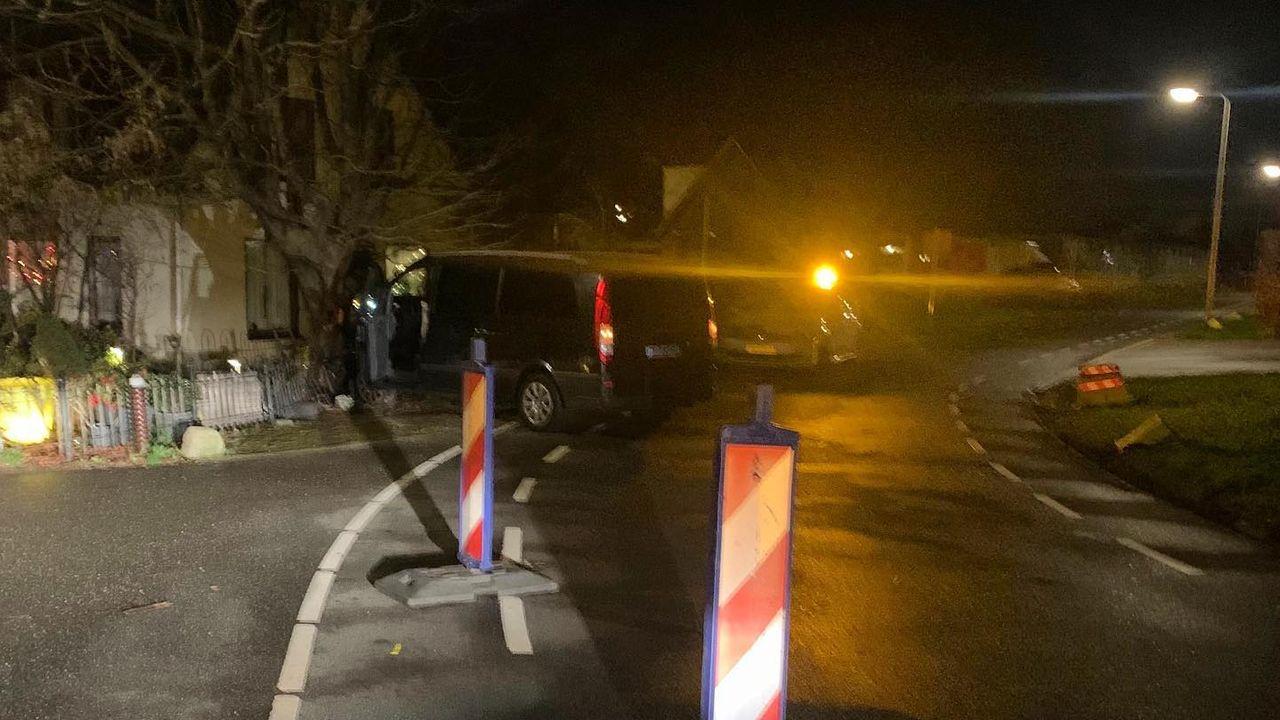 Taxibusje botst tegen boom en hekje in Monster