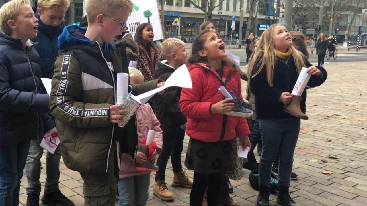 Kinderen houden ludiek protest tegen verkoop Hoeks recreatieoord