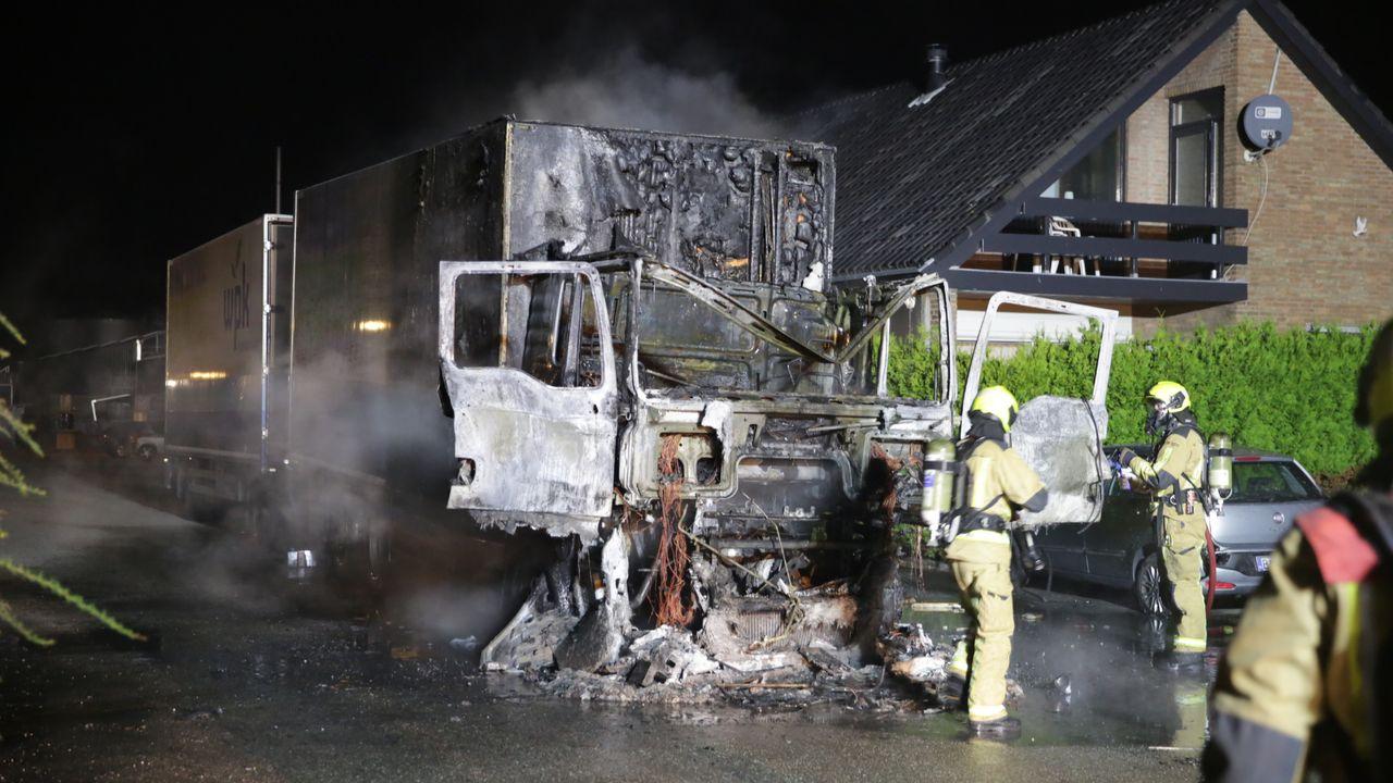 Vrachtwagen door brand verwoest