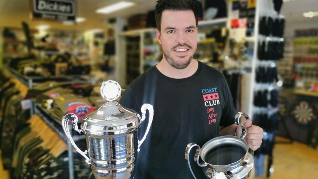 Naaldwijkse winkeleigenaar ziet sportprijzenafdeling instorten door coronacrisis