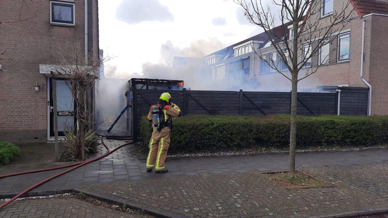 Uitslaande brand in schuur Den Hoorn