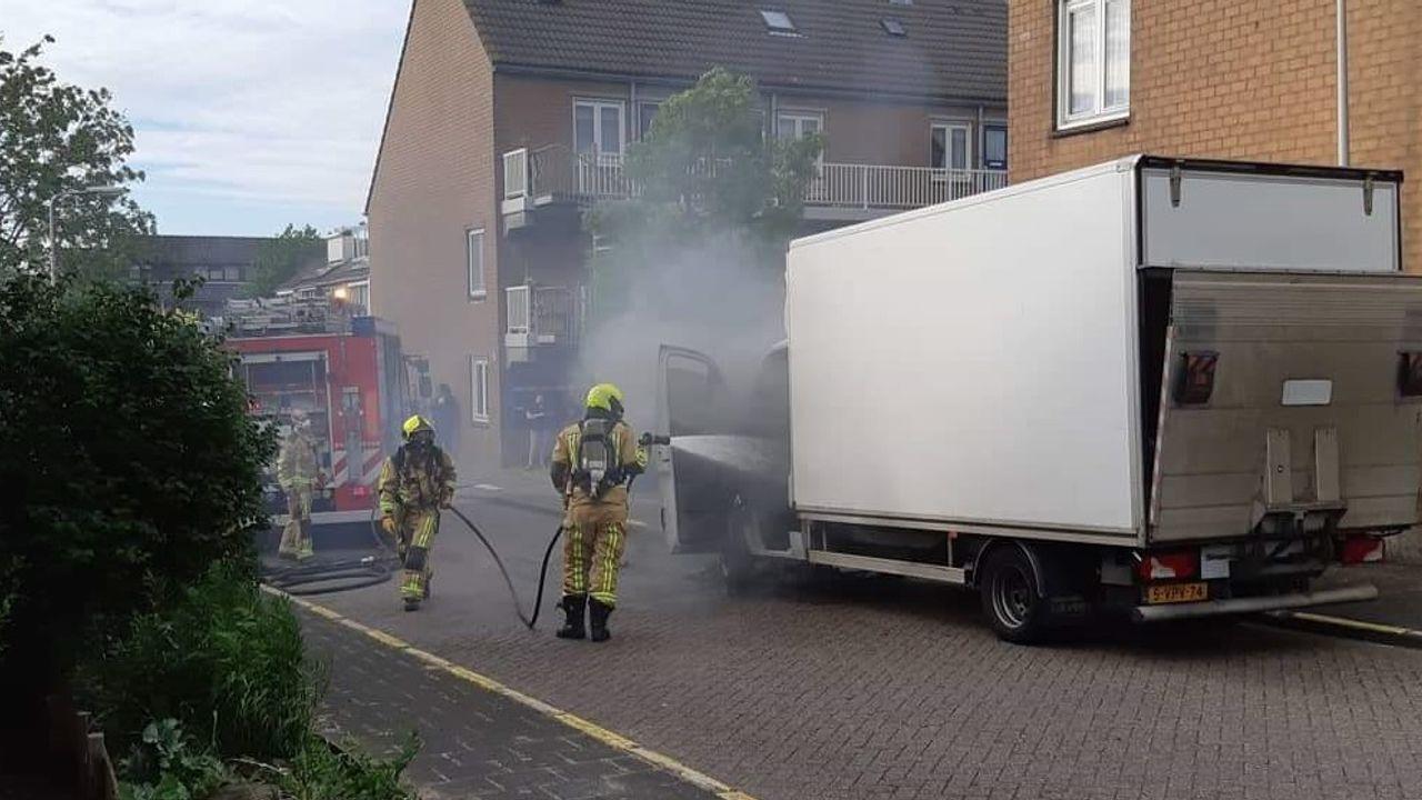 Schipluiden: bestelwagen vat vlam