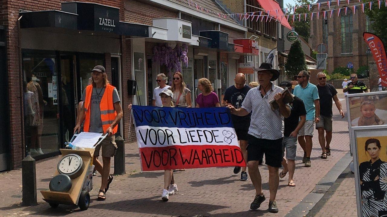 Bescheiden deelname aan protestwandeling in Naaldwijk