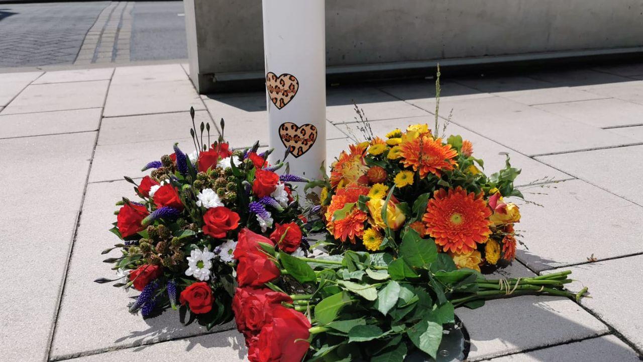 Bloemen voor Lara van Ruijven bij gemeentehuis in Naaldwijk