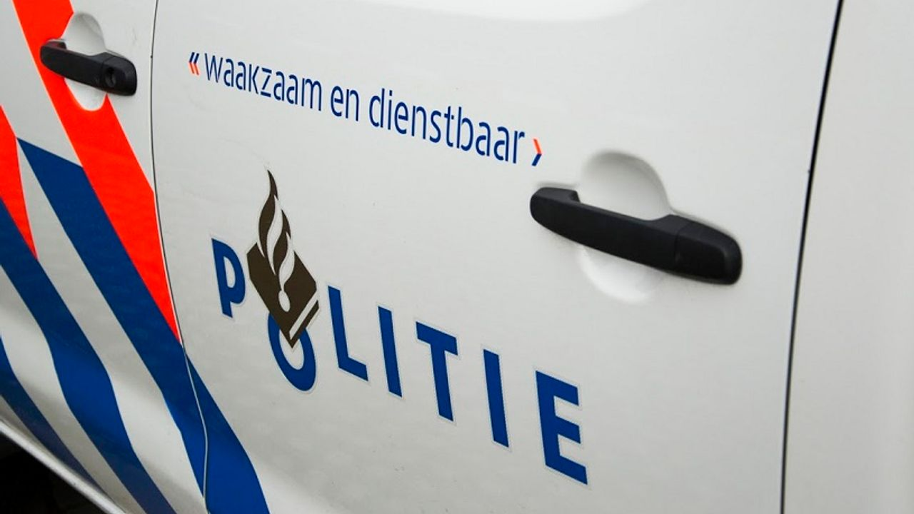 Politie neemt vuurwapens, zes ton en twee huizen in beslag