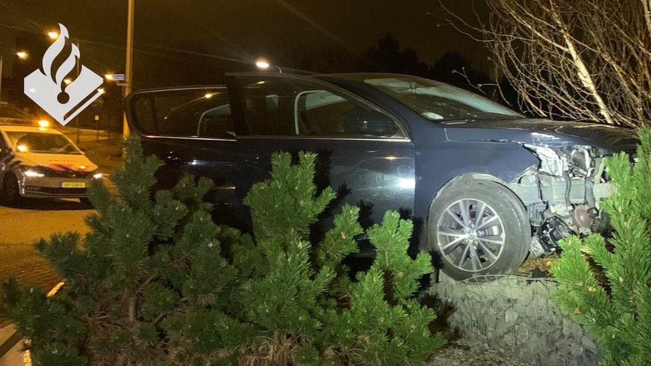 Dronken automobilist rijdt rotonde op