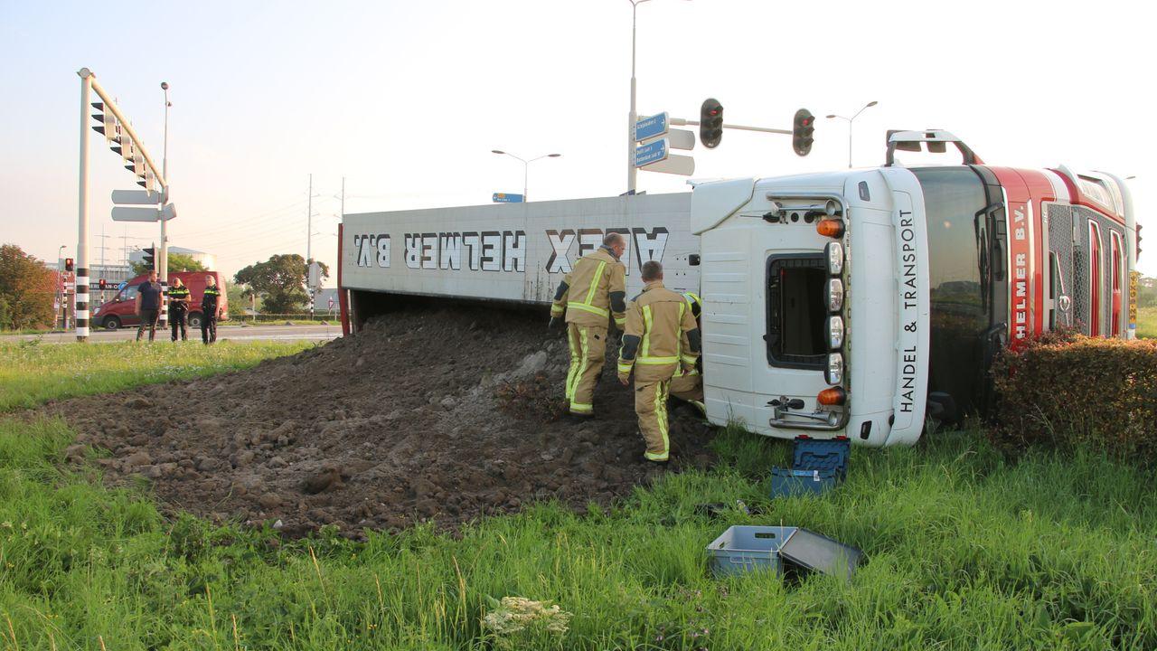 Vrachtwagen kantelt aan rand Schipluiden