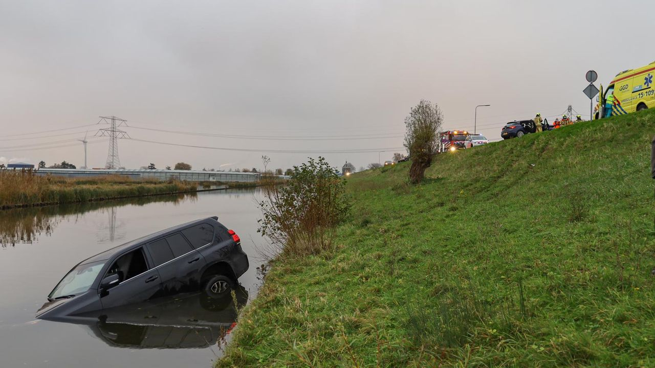 Auto belandt na ongeluk in water langs Maasdijk