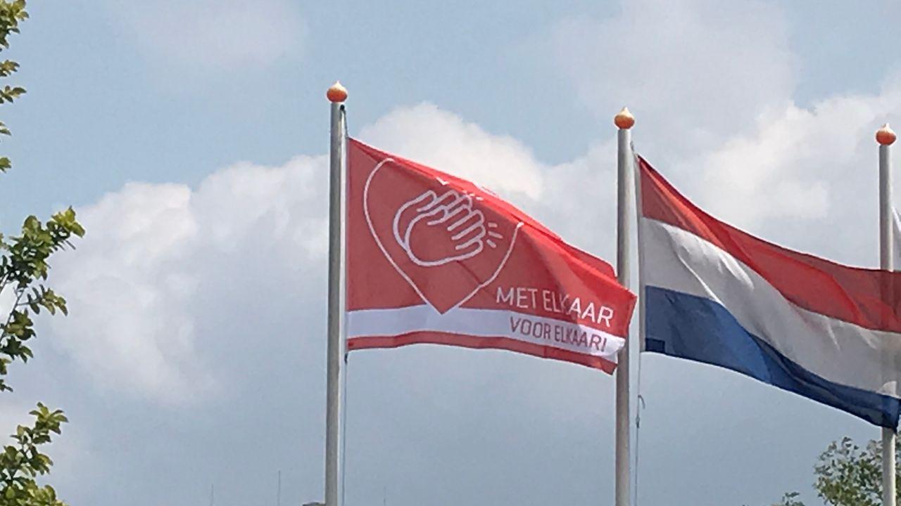 Oranje Comité hangt de vlag voor je uit