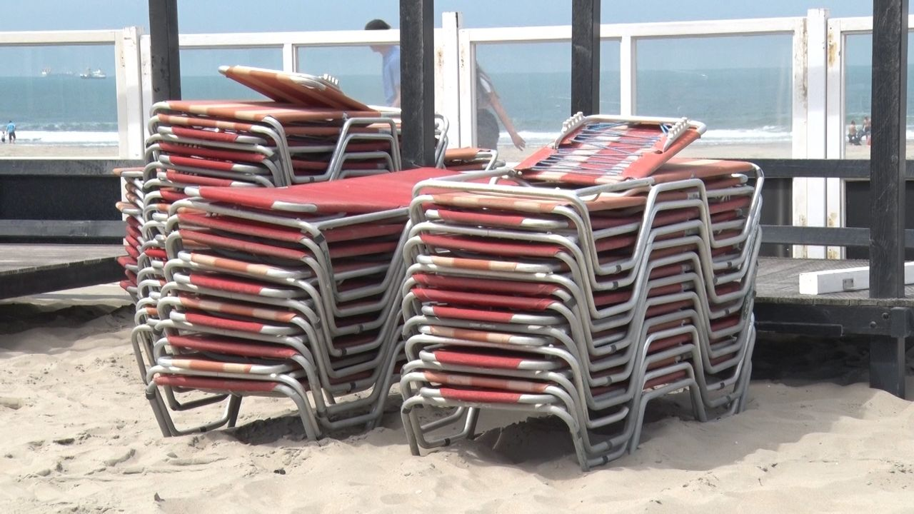 In de Hoek wordt veel strand benut voor uitbreiding terrassen