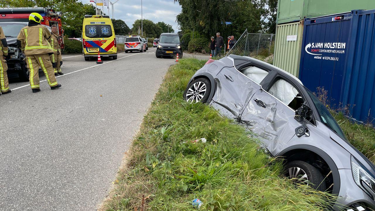 Auto belandt in greppel na botsing in Maasdijk