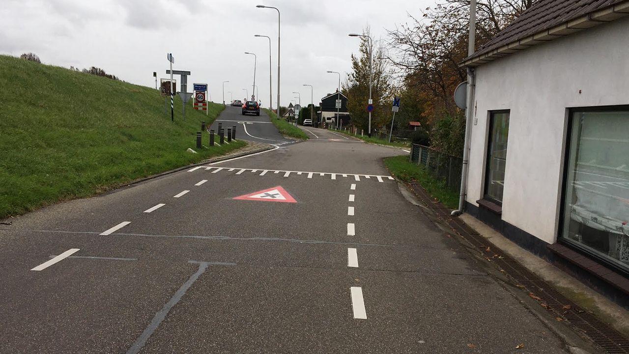 Markeringen voor gevaarlijke kruising bij Prinsenlaan in Maasdijk