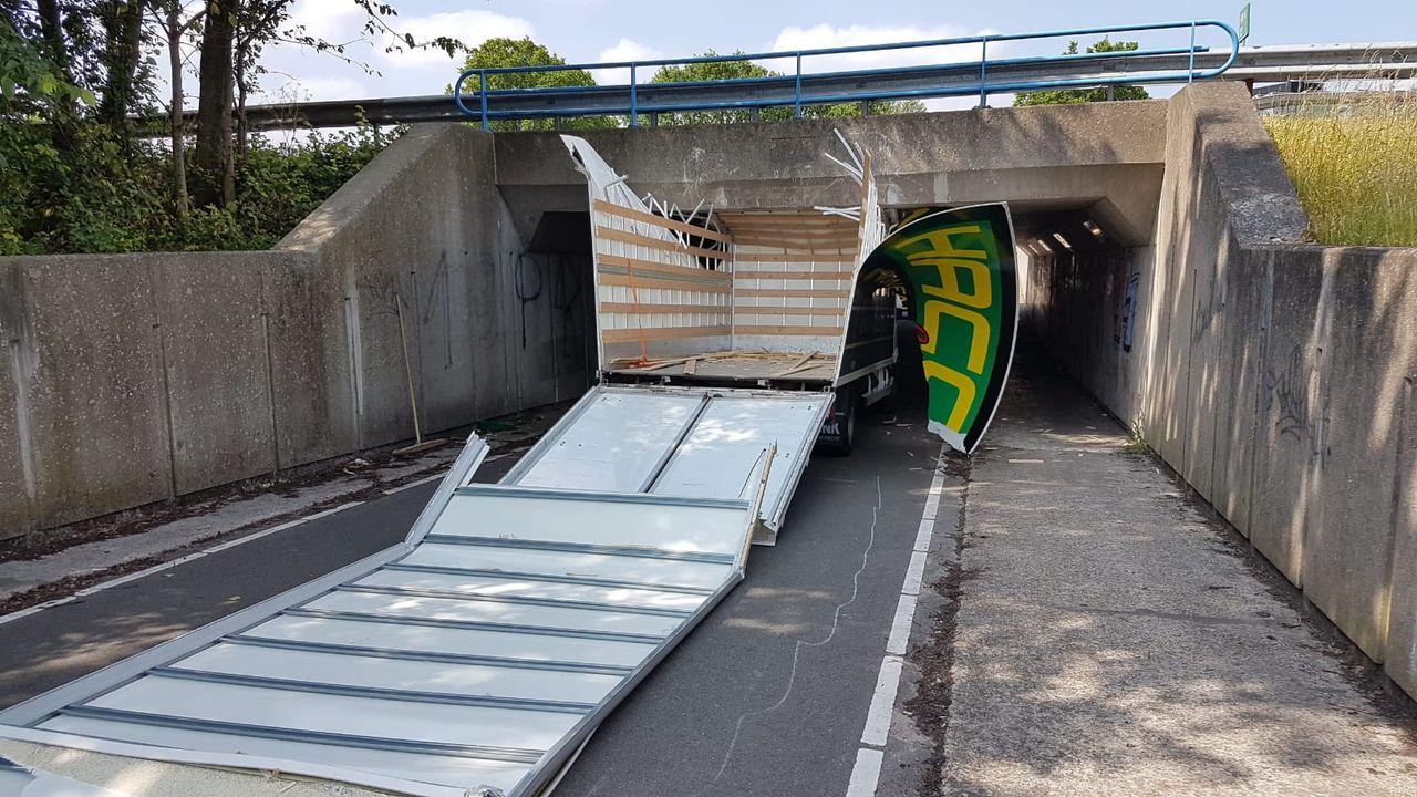 Vrachtwagentje aan puin gereden onder tunneltje