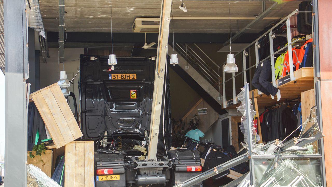 Vrachtwagen rijdt pand XL Bedrijfskleding binnen