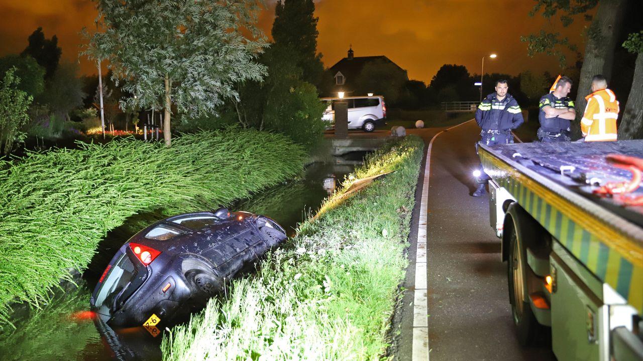 Auto te water in De Lier, bestuurder aangehouden