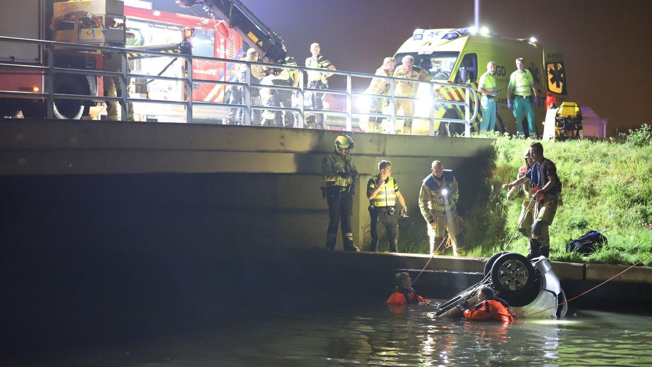 Inzittende overleden nadat auto te water is geraakt