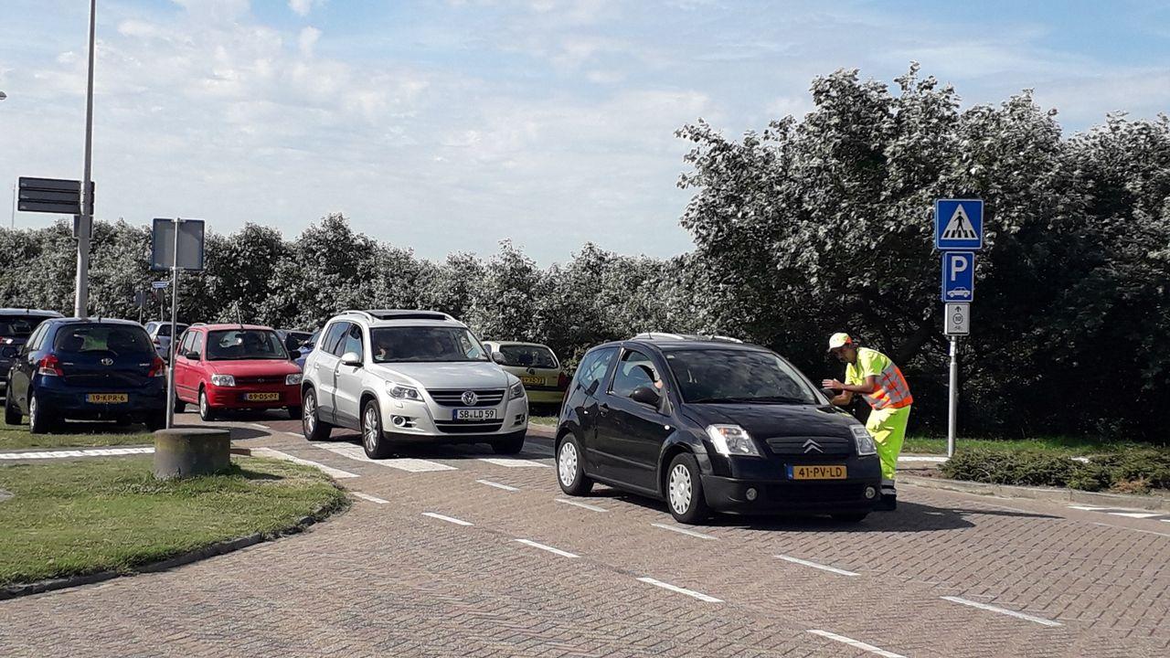 Westland zet verkeersregelaars in voor drukte naar stranden, parkeerplaatsen vol