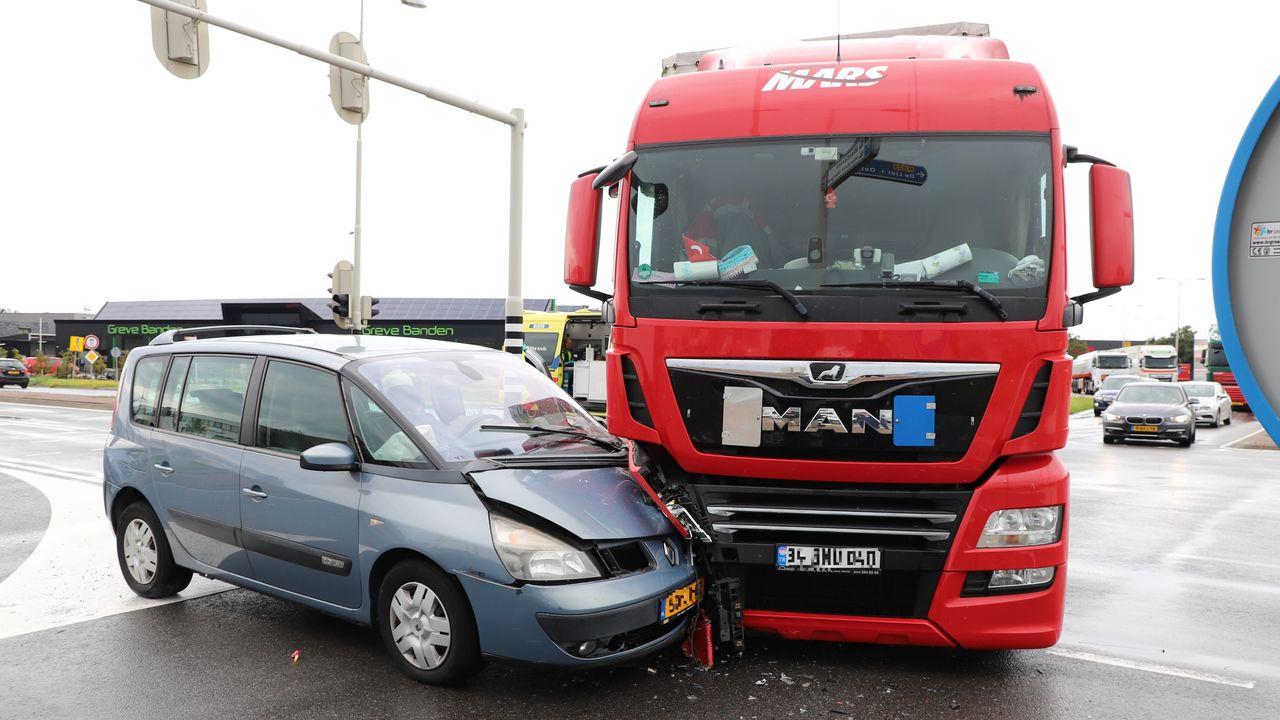 Auto en vrachtwagen in botsing bij De Lier