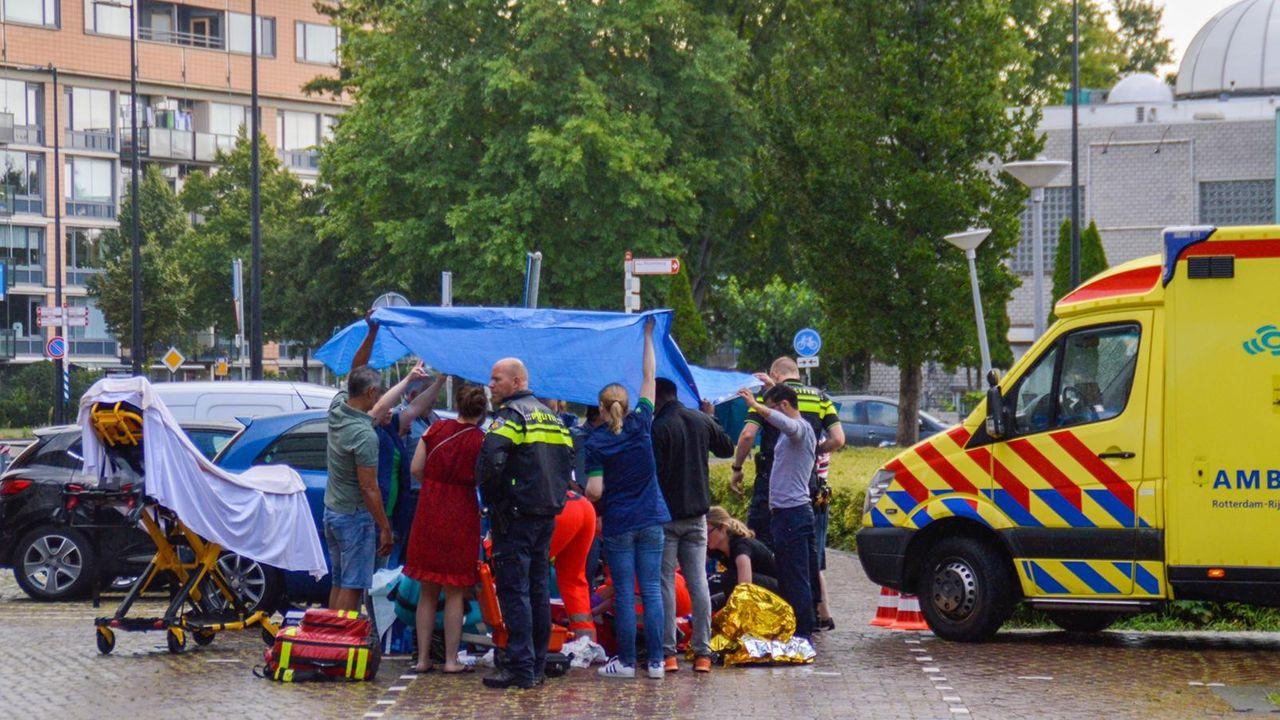Fietser zwaargewond na botsing met auto in Maassluis