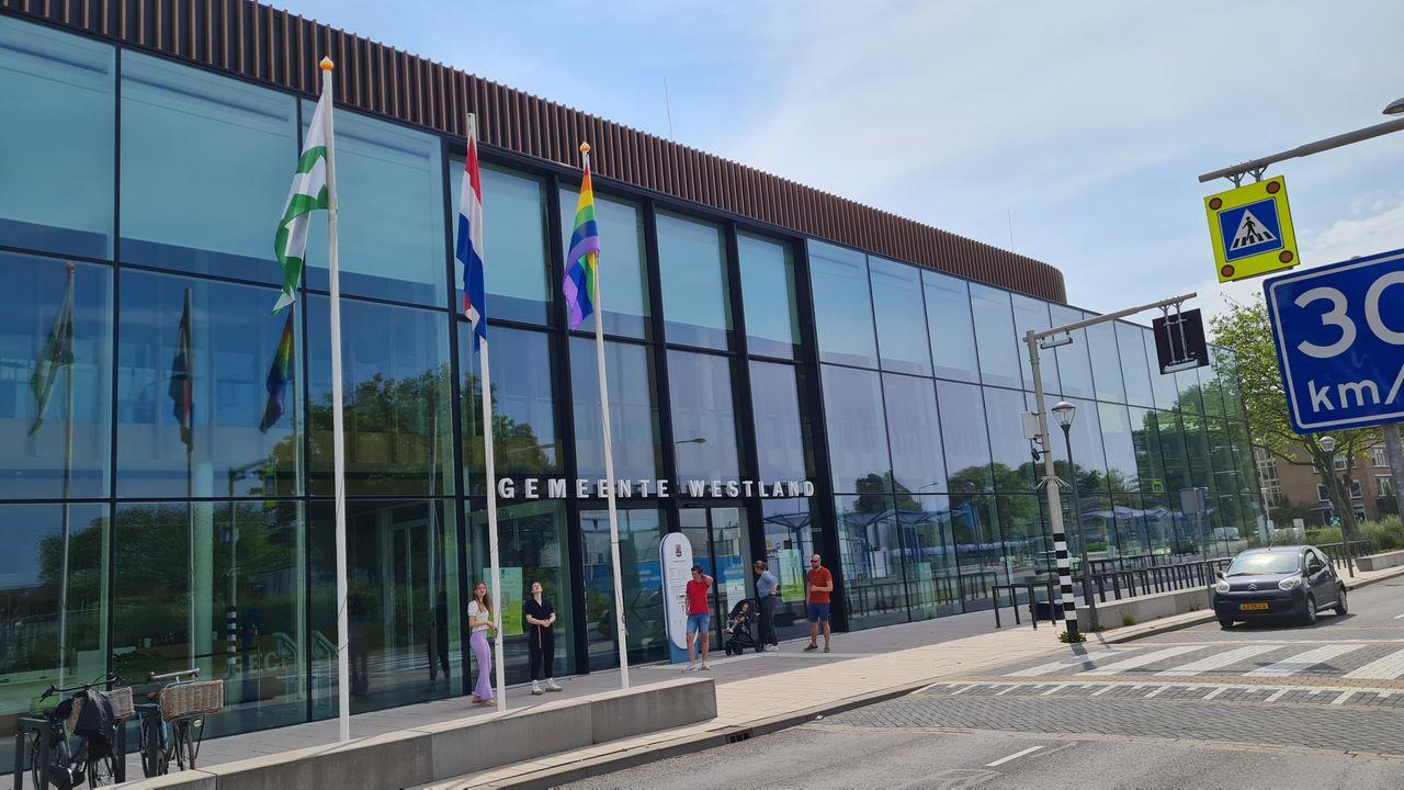 Stil protest: Leden jongerenraad hijsen regenboogvlag bij gemeentehuis