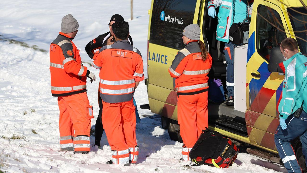 Botsing op het ijs, schaatser naar ziekenhuis