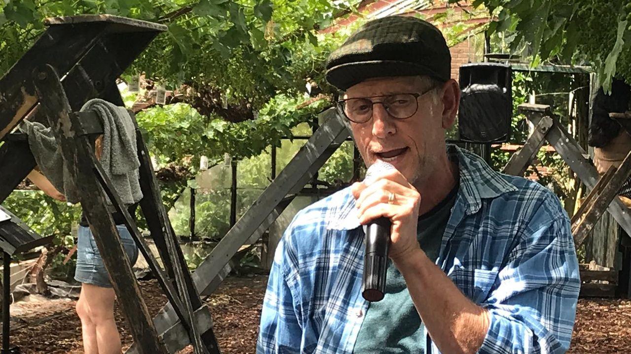 Koos Janssen zingt krentlied in druivenkas