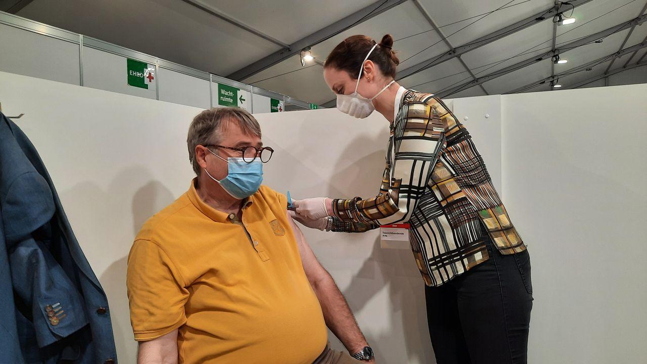 Huisartsen prikken erop los in vaccinatietent Maassluis
