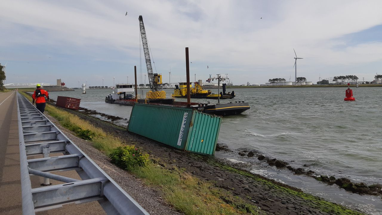Containers aangespoeld nabij de Maeslantkering in Hoek van Holland