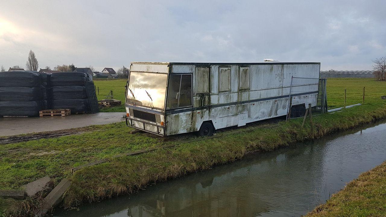 Gesprek over oude SRV-wagen bij ingang De Lier