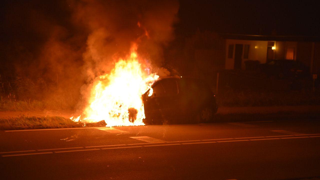 Auto vliegt in brand in 's-Gravenzande