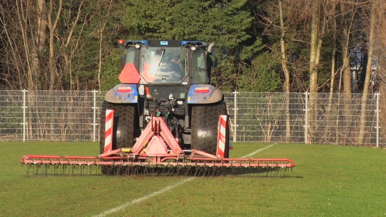 Grassportvelden hebben het zwaar nu er niet gesport wordt
