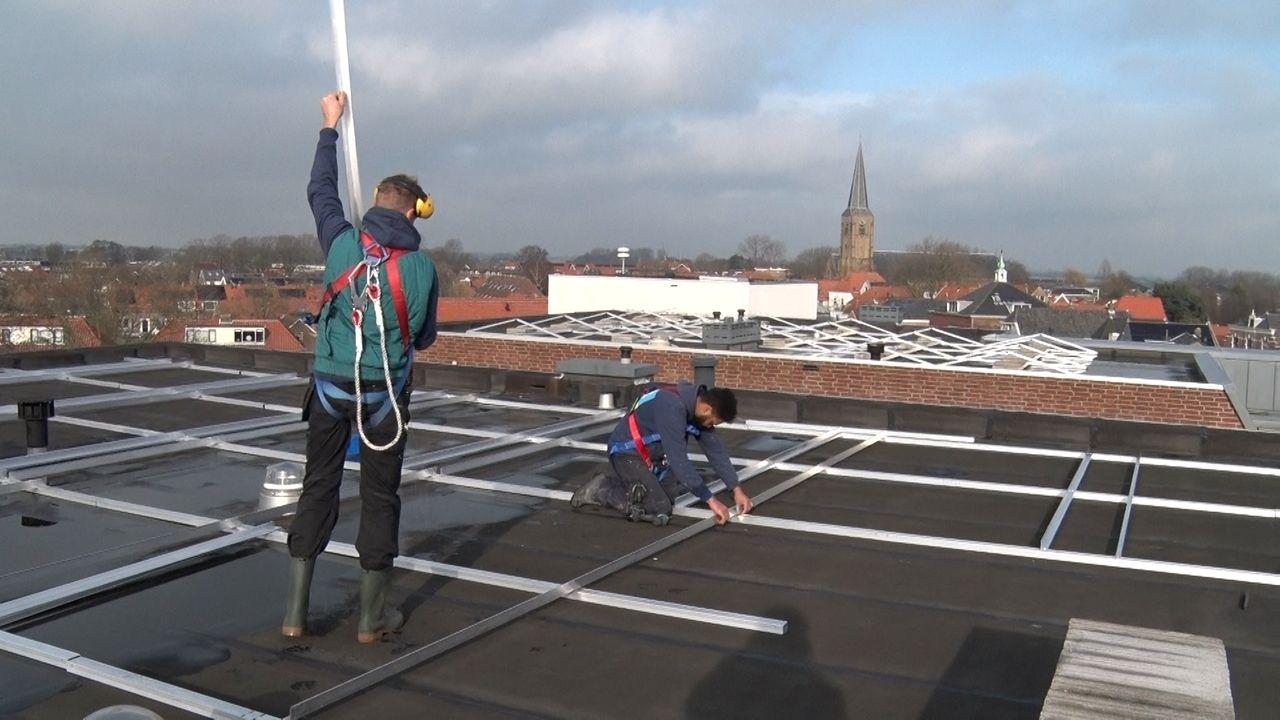 Vrijwilligers leggen tweede dak vol zonnepanelen