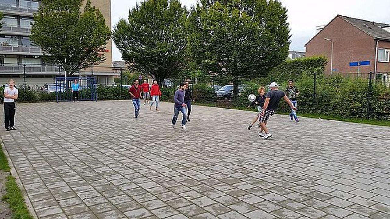 Wostalgie: Voetballen met vluchtelingen