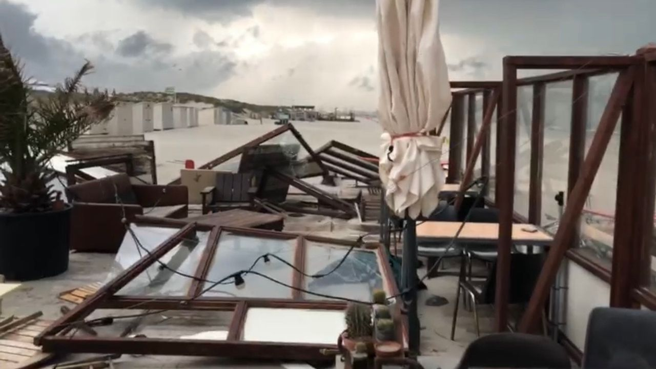 Windhoos verwoest terras 'De Pit'