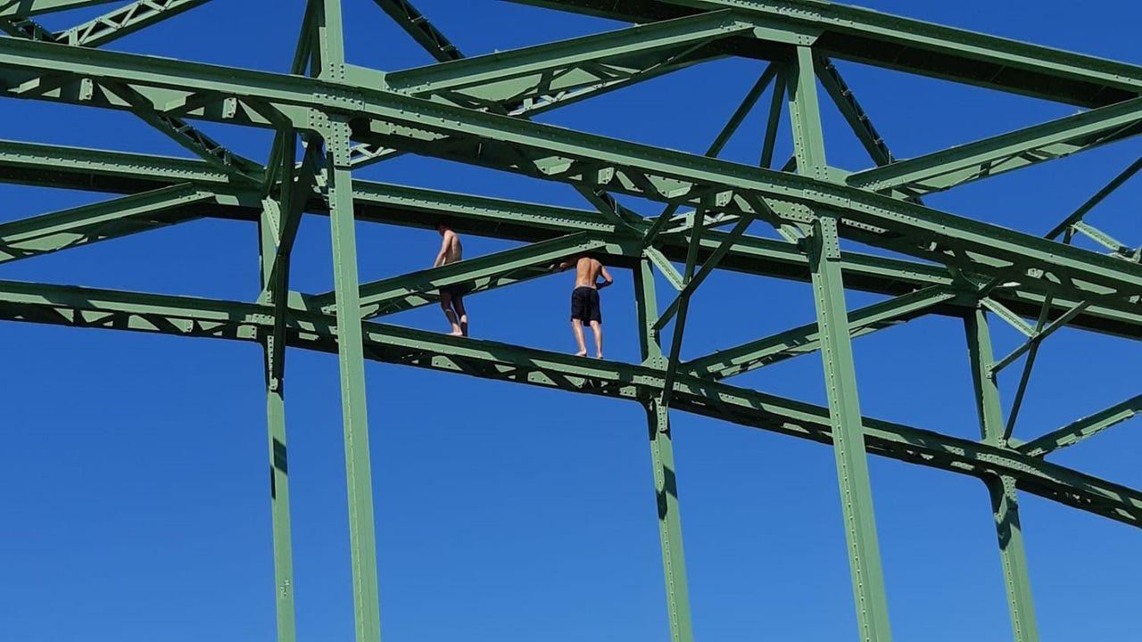 Midden-Delfland roept ouders op: 'Laat uw kind niet van de trambrug springen'