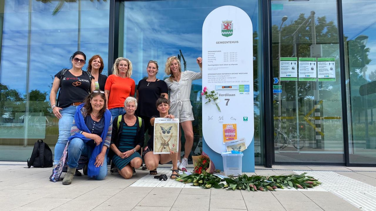 Vrouwen trekken door Naaldwijk om aandacht te vragen voor corona-spoedwet