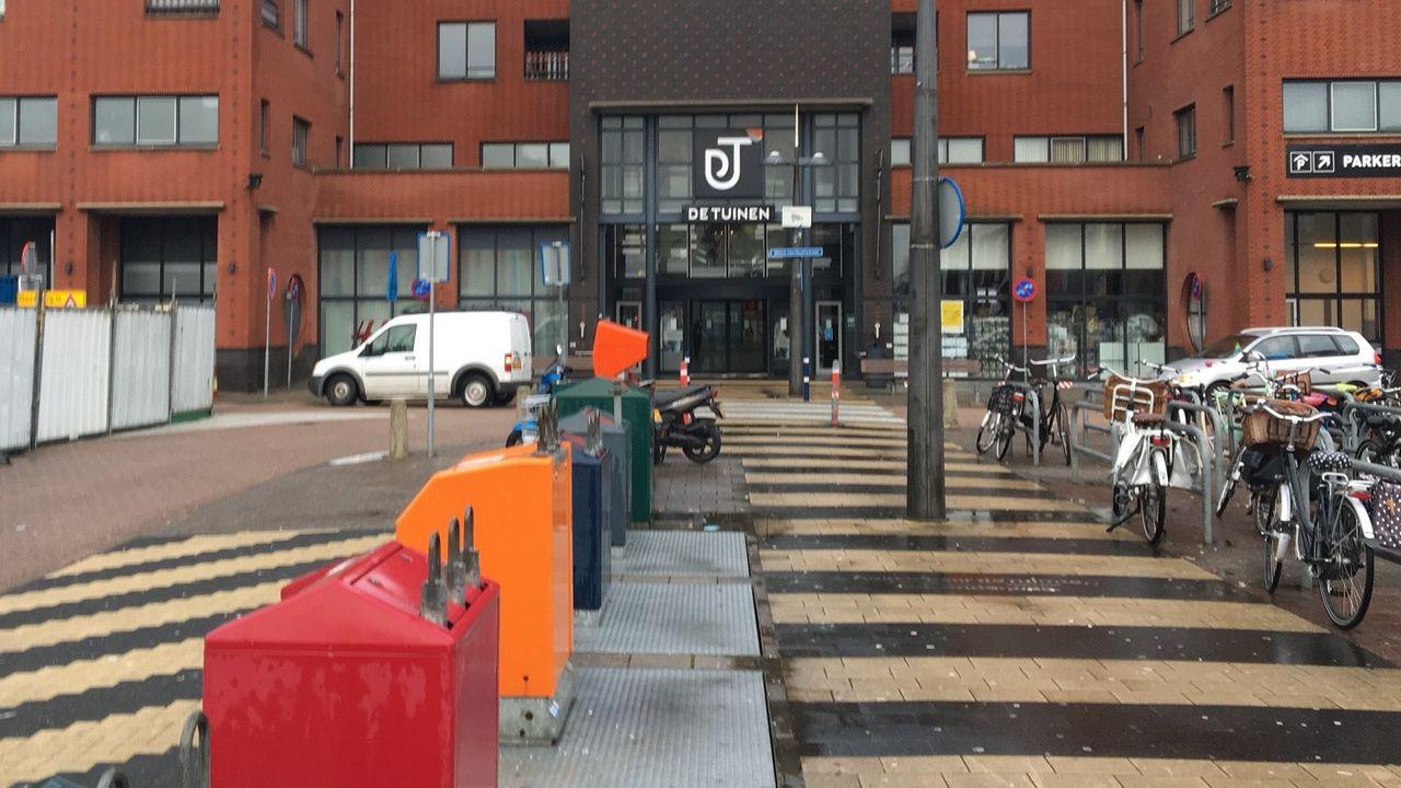 Supermarkt Dirk van den Broek mag winkelwagens niet buiten De Tuinen stallen