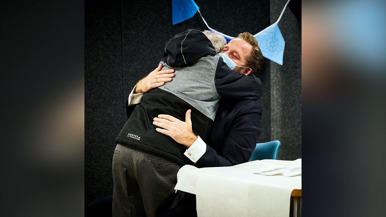 Minister Hugo de Jonge krijgt dikke knuffel van Westerhonkbewoner
