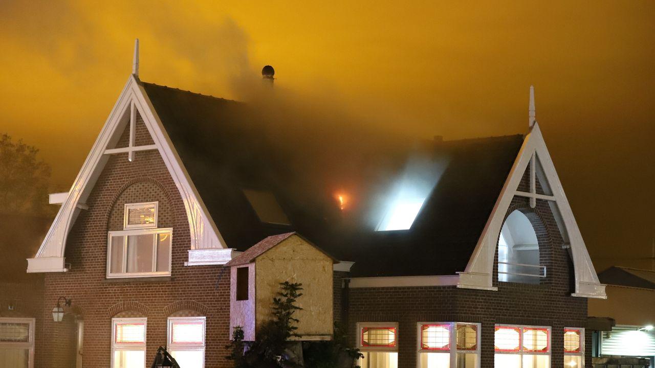 Flinke zolderbrand in Den Hoorn, bewoners ongedeerd