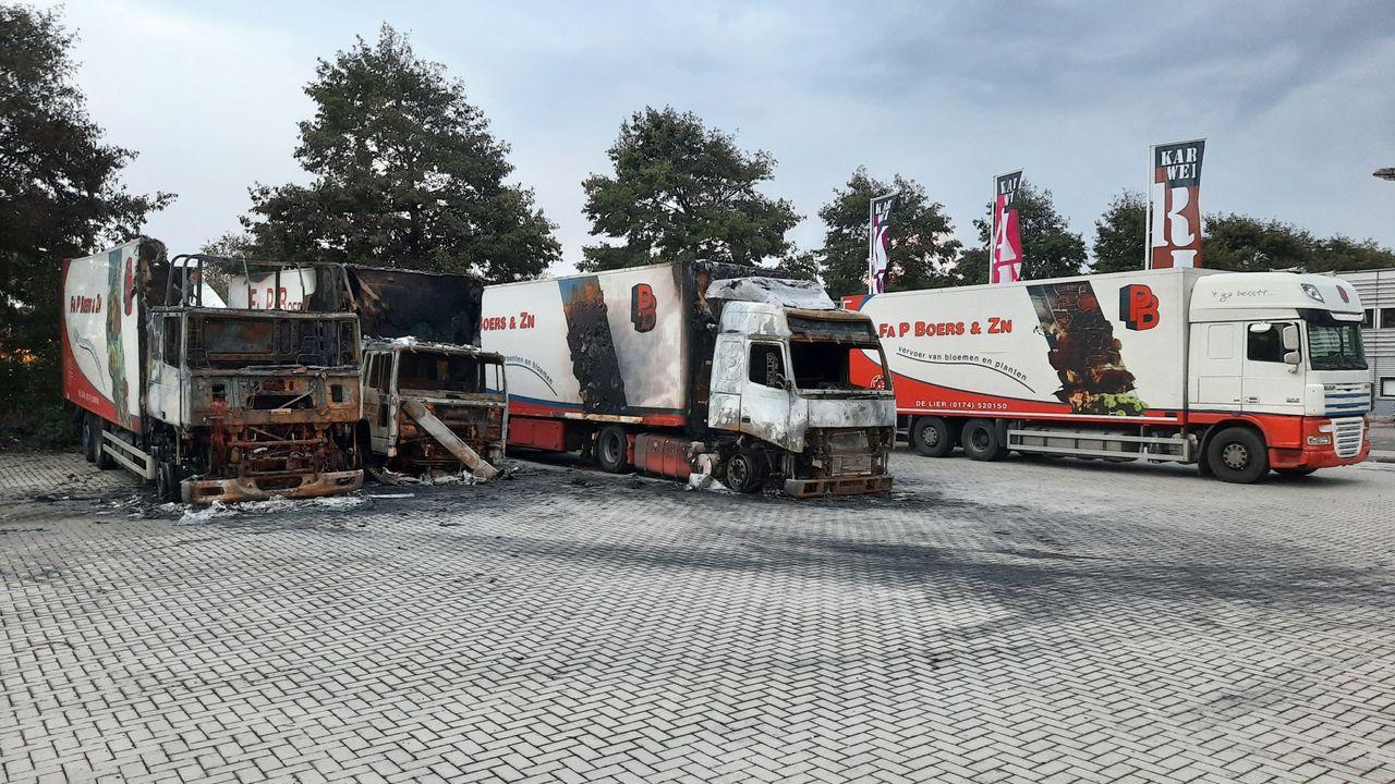 Brandende vrachtwagens waarschijnlijk aangestoken