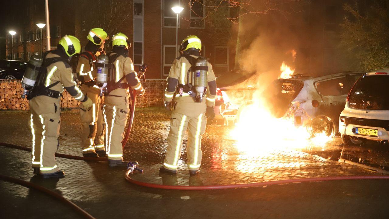 Drie auto's total-loss door brand in Den Hoorn